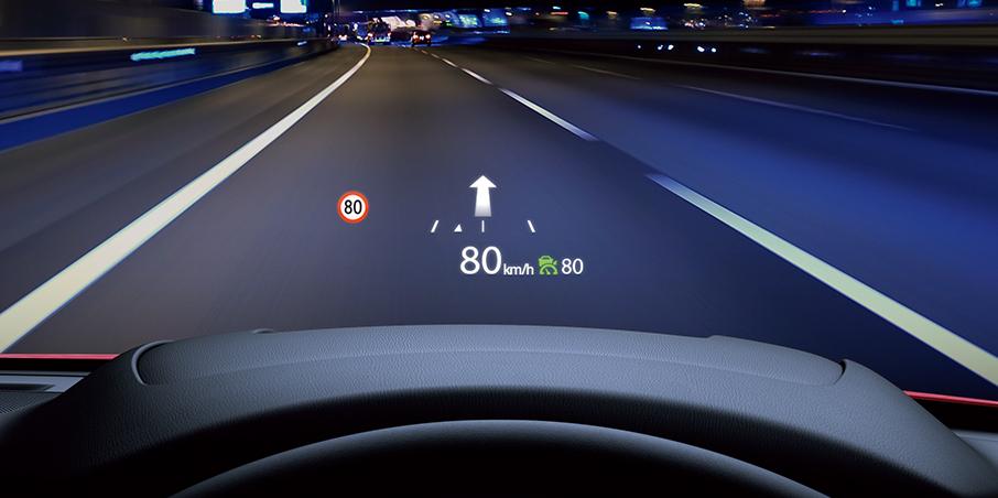 フロントガラス照射タイプの アクティブ・ドライビング・ディスプレイを採用